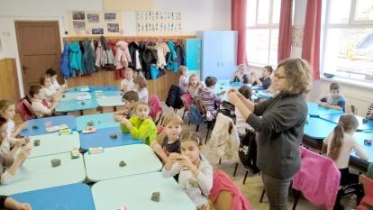Scoala Altfel Ceramic class at school